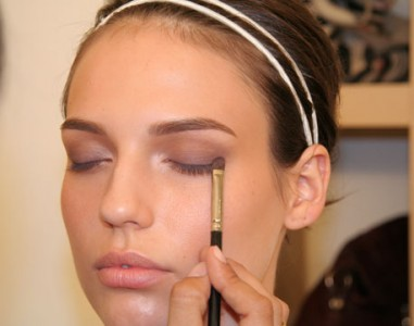 How to Apply Eye Make Up Easily